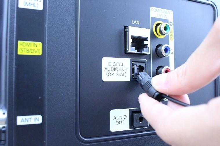 Gắn dây Optical vào cổng DIGITAL AUDIO OUT (OPTICAL) trên TV